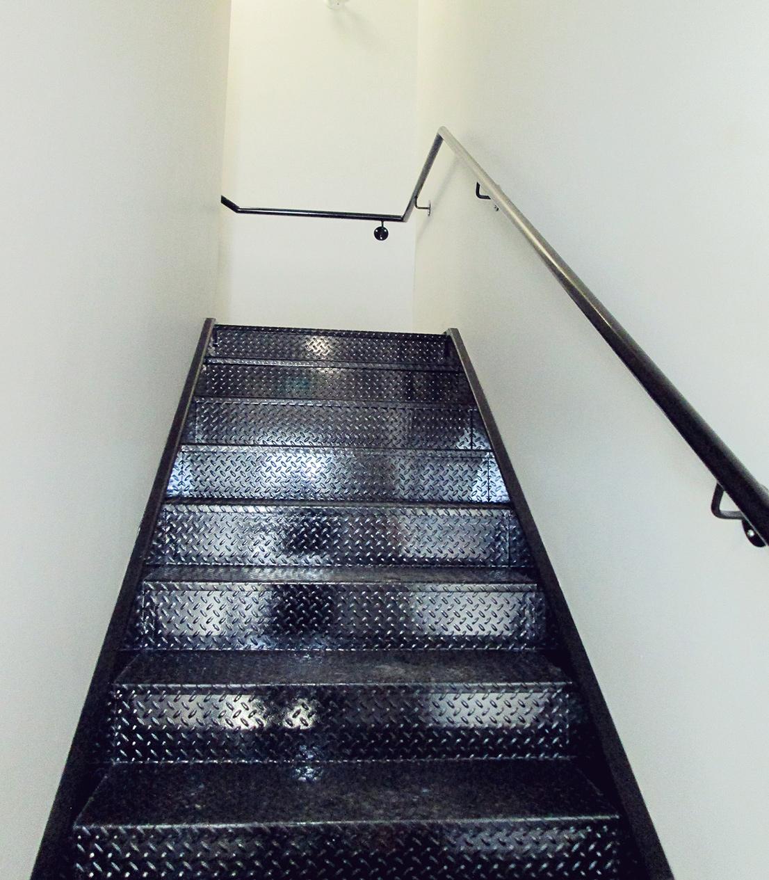 Escalier intérieur et main-courante en acier peint